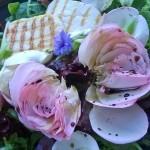 Bunter Salat mit Käse & Blüten